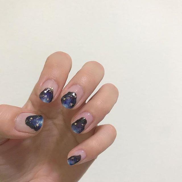 . 右手は単色塗り+ギャラクシーホイルで簡単に😌🌙 . #セルフネイル#セルフネイル部#ギャラクシーネイル#鉱石ネイル#クリアネイル#セルフネイル#ポリッシュネイル#マニキュア#100均ネイル#リキュールネイル#キャンドゥネイル