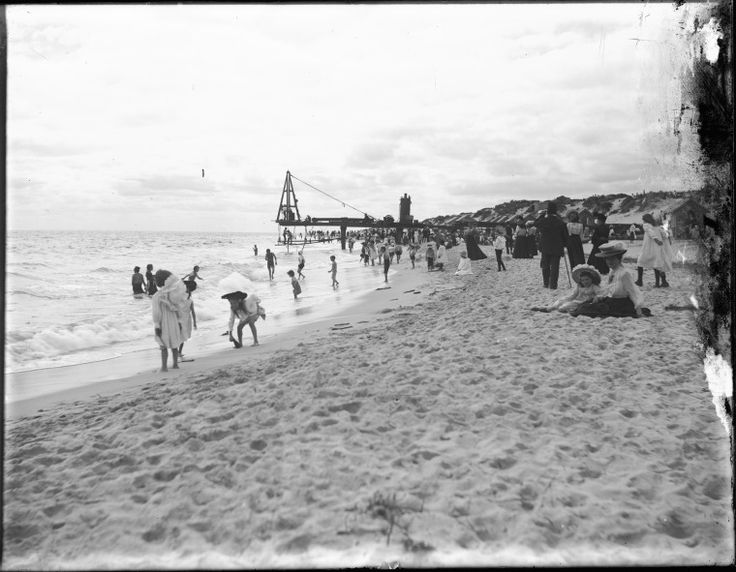 009746PD: Building the pier on Cottesloe Beach, 1906.  http://purl.slwa.wa.gov.au/slwa_b1774990_1