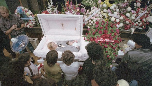 People attend the open casket wake of Jackie and Carlos ...