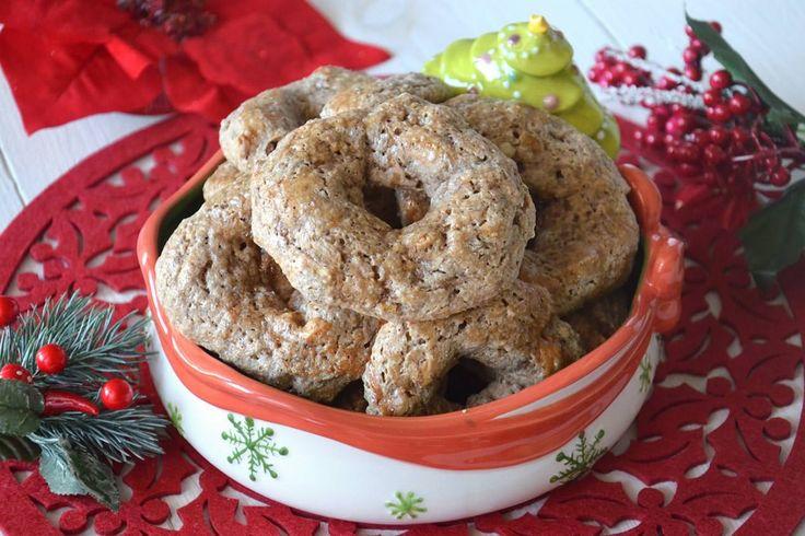 Il roccocò è un dolce tipico napoletano, con una forma tondeggiante simile a quella di una ciambella schiacciata, della grandezza media di 10 cm. Il roccocò è