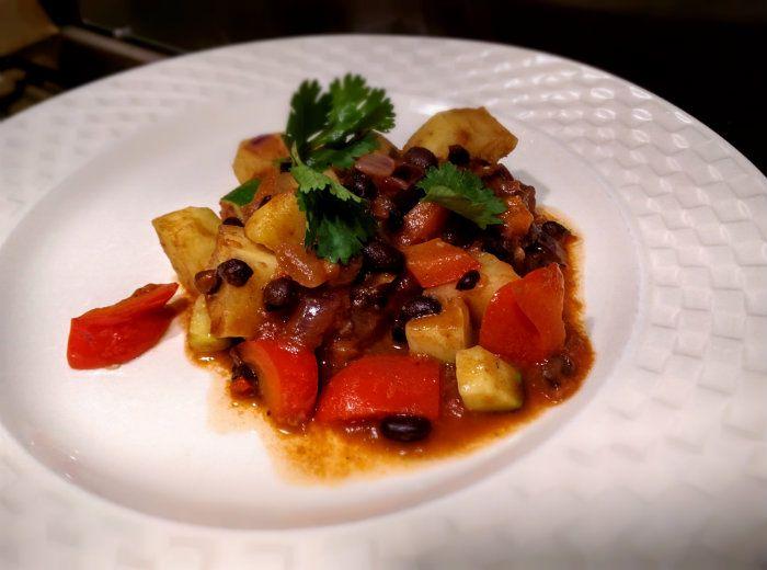 Een heerlijke vegetarische chili met zoete aardappel, zwarte bonen, paprika en courgette. Super gezond en lekker!