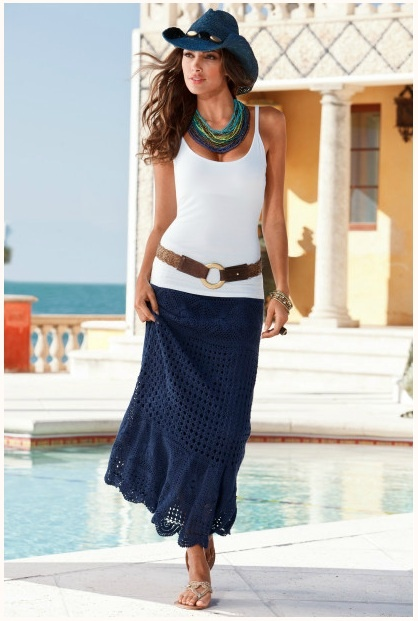 Saia em crochê, com elástico na cintura e cordão para ajustar e bainha recortada.
