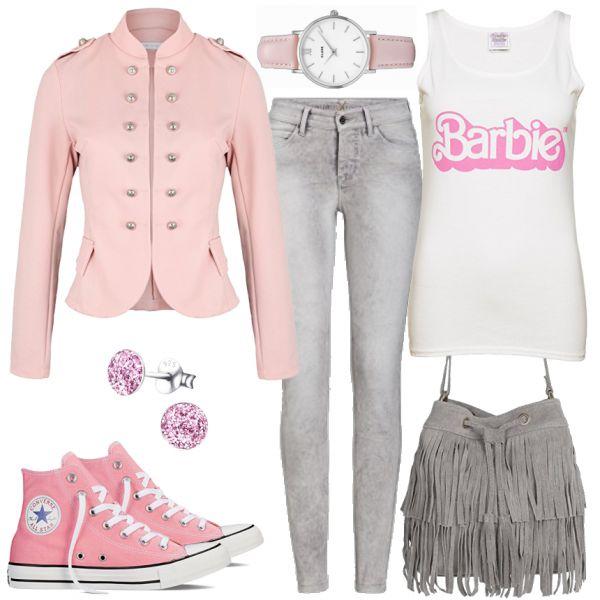Freizeit Outfits: Barbie bei FrauenOutfits.deDieser schöne Look ist für alle Barbie- und Rosaliebhaberinnen! Obwohl das komplette Outfit sehr verspielt ist, ist es dennoch lässig und modern! Der Eyecatcher bei diesem Damenoutfit liegt auf dem Top mit dem Barbieprint, denn Printshirts sind dieses Jahr ein absolutes Must-Have! Converse Chucks, ein rosa Blazer und eine graue Skinny Jeans runden den Look ab. Das Outfit wird durch eine Cluse Uhr und eine Fransen-Tasche aufgepeppt.