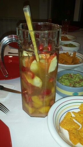 SANGRIA. Vino blanco Sprite Zumo de naranja Licor de melocotón Y frutas!!