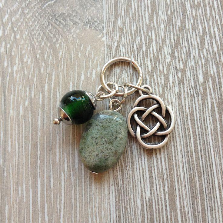 Bedel van ovale indian agaat steen, metalen oneindge knoop en groene glaskraal. Van JuudsBoetiek, €3,00. Te bestellen op www.juudsboetiek.nl.