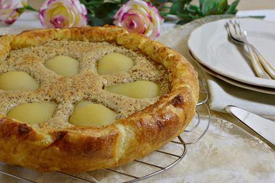 Questa è una torta molto facile da preparare con una crema di mandorle deliziosa che ben si adatta a pere o mele ma anche a pesche fresche nel periodo...