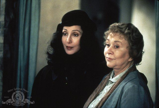 Still of Cher and Joan Plowright in Tea with Mussolini (1999)