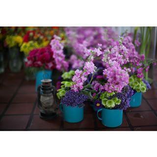 Las tazas de peltre también funcionan como floreros. | 19 Consejos para llevar una fiesta mexicana al siguiente nivel