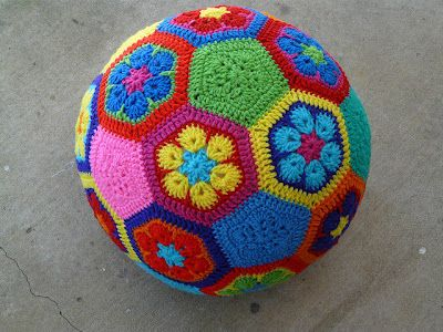 bal van Afrikaanse bloemen haken - African Flower crochet ball (Nederlands haakpatroon, with link to English pattern).  #hexagon