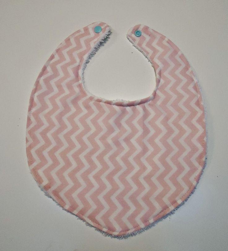 DIY bavetje met roze chevron printje en blauwe drukknoopjes
