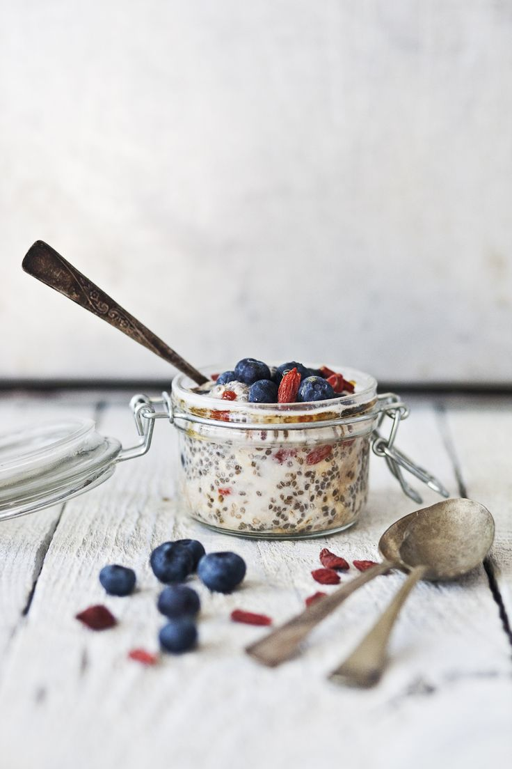 Overnight oatmeal with blueberries, goji berries and almond milk//