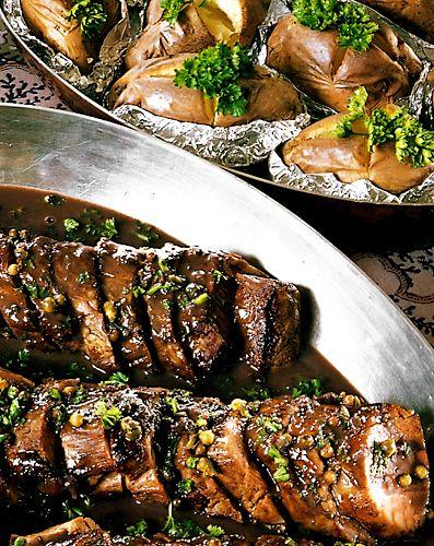 Klassisk festmat med fläskfilé! Grönpeppar ger såsen lite skönt sting, utan att ta över smaken helt.