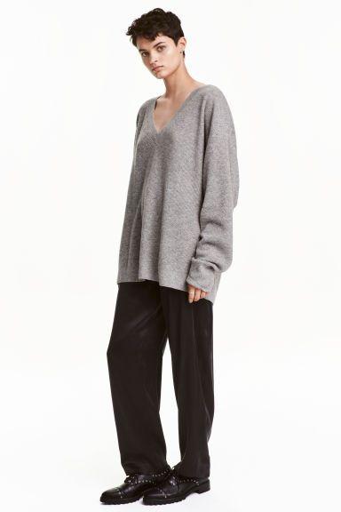 Pantalon en soie: QUALITÉ PREMIUM. Pantalon ample en soie maulbère. Modèle avec plis cousus en haut et poches latérales. Fermeture par agrafe.