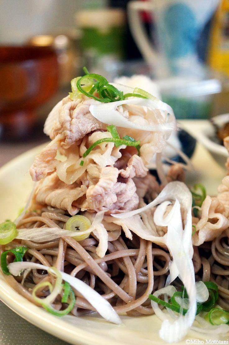 日本蕎麦に油とかラー油って、どうなの? 蕎麦の繊細な香りや味わいをダメにしちゃわないの? ・・・失礼ながら、じゃ、邪道じゃないの・・・? そんな心配はどこへやら。 ひとくち食べたらもう止まらない、未知の美味しさにビックリ感動しながら、あっという間に完食しちゃうこと請け合いです。 塩そば レシピ 元記事はコチラ。  ▽ 箸が止まらない!「塩そば」は口に入れたとたん頭の中まっしろのうまさ【西原理恵子の「おかん飯」with枝元なほみ】 この記事を読んで、速攻スーパーへ材料買いに走りました! 大好きな西原恵理子先生絶賛とあっては、