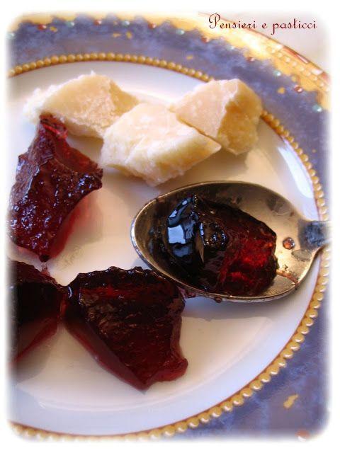 La gelatina al lambrusco è una preparazione squisita, perfetta sia col dolce che col salato, che potrete tranquillamente realizzare in poche mosse