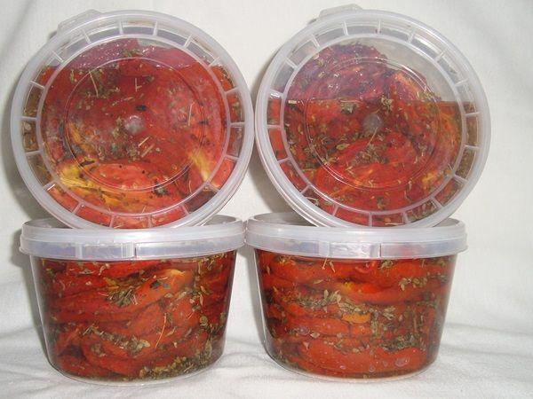 O Tomate Seco Rápido é fácil de fazer e demora 1/6 do tempo que a receita tradicional levaria para ficar pronta. O resultado é um tomate sequinho, mas sucu