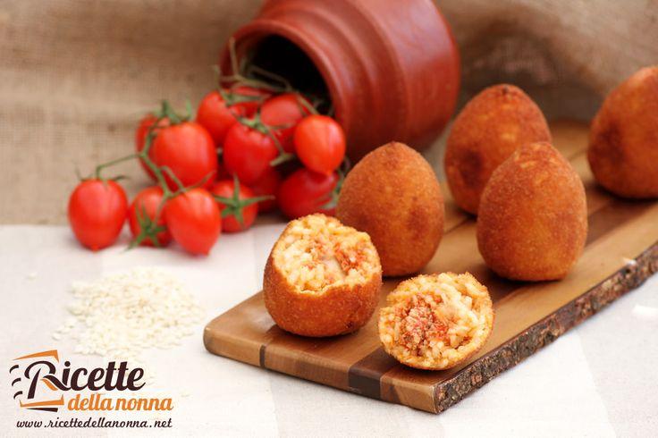 Gli arancini o arancine di riso siciliane sono una delle ricette più famose della Sicilia. I classici sono farcitì con ragù di carne e mozzarella, ma potete sbizzarrirvi a renderli particolari con la vostra fantasia. Procedimento Lessate il riso, scolatelo e conditelo con 40 g di burro e il parmigiano grattugiato. Allargatelo in una pirofila […]