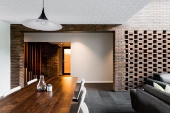 4. The form of the masonry box is broken at the entry to allow filtered views to the living spaces, creating a breezeway element that is a centrepiece of the house