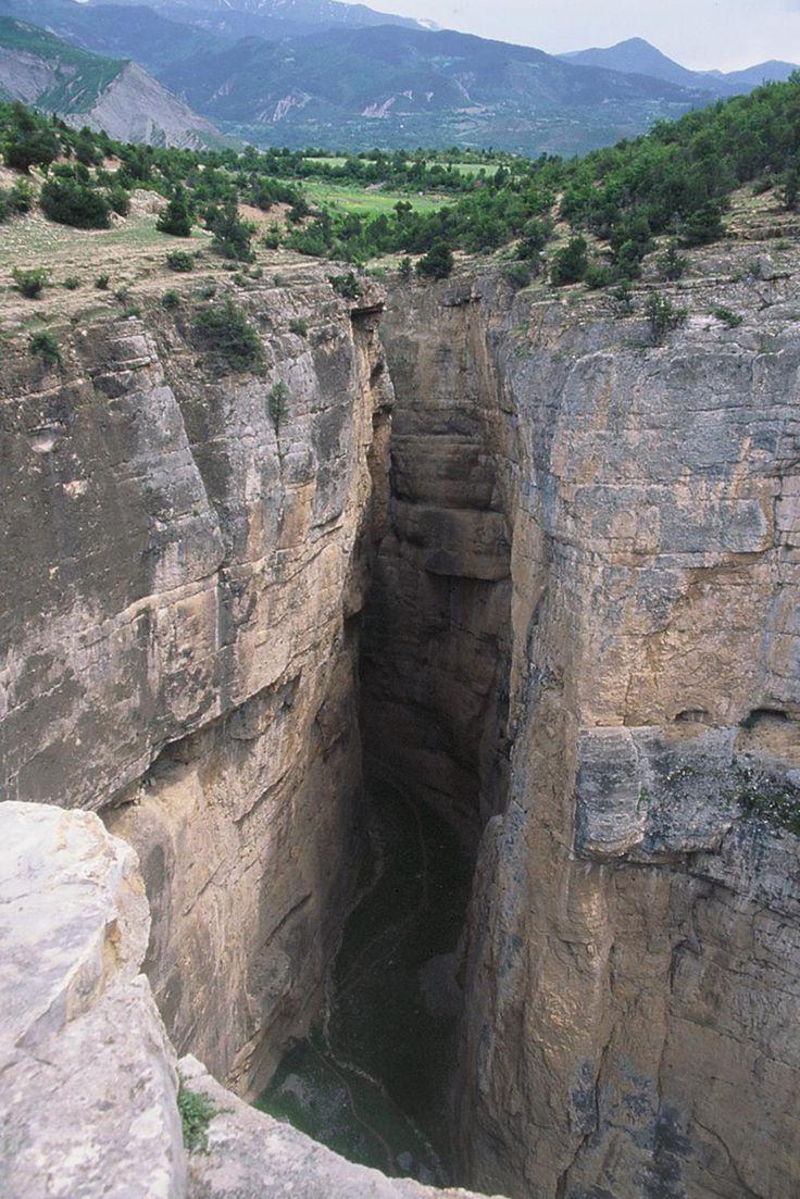 Cehennemdere kanyonu/Ardanuç/Artvin/// Çoruh Nehrinin kollarından olan Ardanuç suyunun açtığı dar ve derin vadi olan Ardanuç Cehennem Deresinin yamaç eğimi 90 dereceyi bulur.