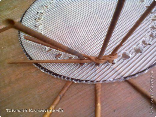 Мастер-класс Плетение Поликарбонатное дно для круглой плетеной корзины Бумага газетная Клей Материал бросовый фото 4