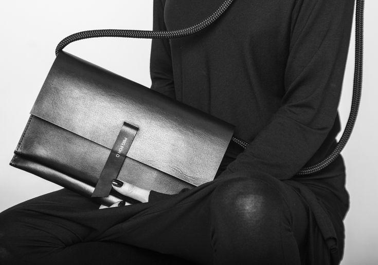 Malou dámskou kabelku s dlouhým popruhem můžete mít neustále přes rameno a přitom se necítíte nijak zatížená. Kabelka je vyrobena z velmi silné a kvalitní kůže, původem z Italie a dodatečně zpracovávané v České republice. Kožené zpracování krasně ...