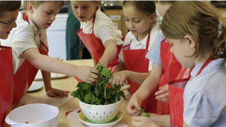 Hacer que los más pequeños se inclinen más por un brócoli que por un caramelo no es una tarea sencilla.   Expertos consideran que cuanto más temprano se involucren en la cocina, mejor.