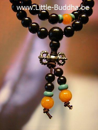 Mala met Vajra als halsketting of armband :   http://www.little-buddha.be/malas/   Rozenhout voelt heel fijn en warm aan. De metalen Vajra staat symbool voor het Tibetaans Boeddhisme.    Deze Mala is ruim 62 cm en geregen op elastiek om hem ook gemakkelijk om je pols te kunnen draaien. | little_buddha_1