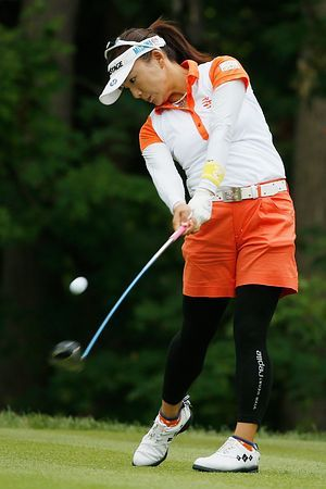 第3ラウンドの17番、ティーショットを放つ有村智恵=16日、ニューヨーク州ピッツフォード(AFP=時事) ▼17Aug2014時事通信|有村、消化不良=全米女子プロゴルフ http://www.jiji.com/jc/zc?k=201408/2014081700090 #Chie_Arimura