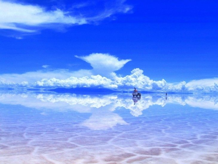После дождя соленое озеро Салар-де-Уюни в Боливии превращается в настоящее зеркало