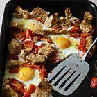 Een heerlijk recept: Tomaten met eieren en brood uit de oven