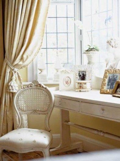Przy oknie stoi konsola i krzesło.