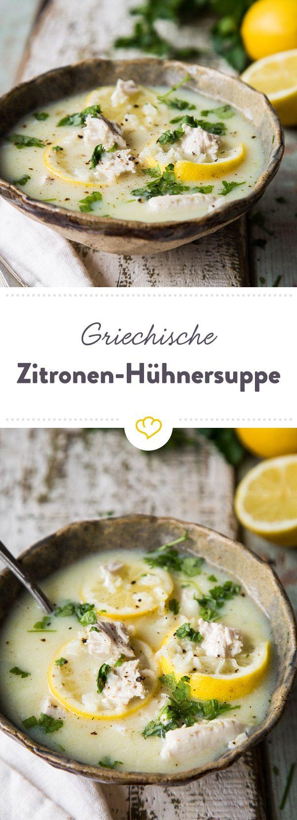 Diese griechische Hühnersuppe wird mit Zitronensaft zubereitet. Dadurch schmeckt sie nicht nur köstlich erfrischend, schimmert auch in zartem Gelb.