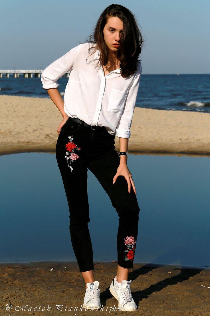 Camisa blanca y pantalón negro bordado con rosas