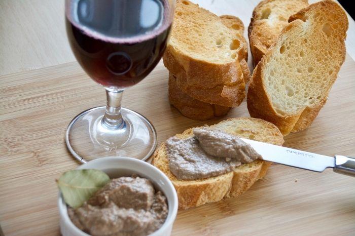 「濃厚チキンレバーパテ」のレシピを紹介します。たくさん作れてパーティーやイベントにも向いてます。自分で作ったチキンレバーパテは、市販のものよりも味がフレッシュで濃厚です。香ばしく焼いたバケットやクラッカーと一緒に食べればワインも進みます。