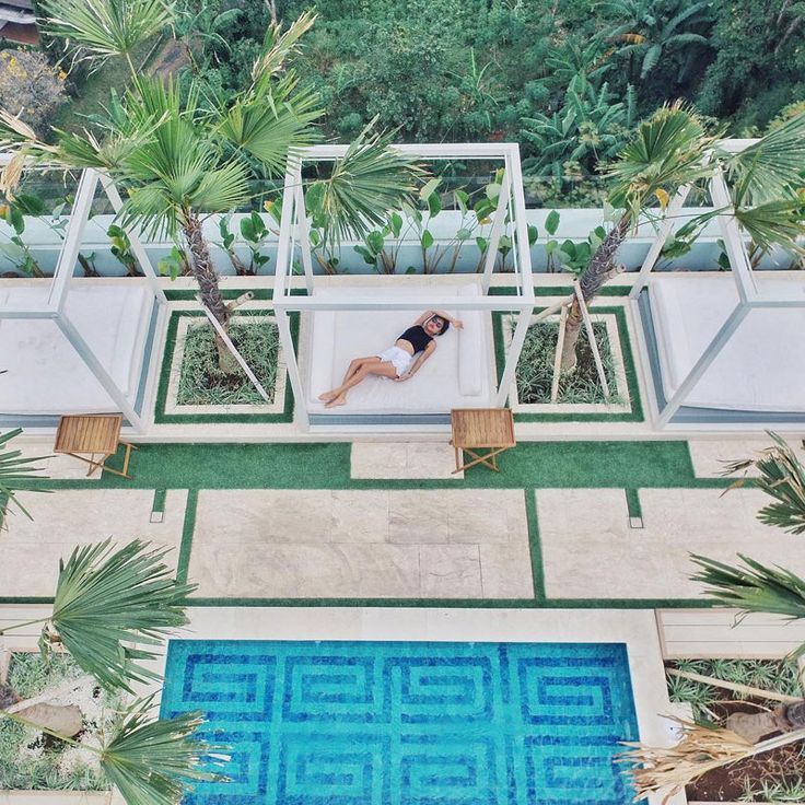 Have you always dreamed of lazing at a gorgeous infinity pool that appear to stretch to the edge of the skies or cliffs? You don't need to fork out a bomb. Here's 9 accommodations with infinity pools you can get in Bandung for just under $79