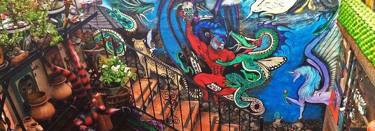 """La Leyenda, un lugar diferente para comer en Zacatecas. En un recorrido por la """"ciudad de la cantera rosa"""" nos encontramos con este original restaurante, famoso por sus ricos platillos pero también por la curiosa colección de objetos que lo decoran."""