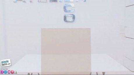 Comment créer soi-même un tableau floral ? Envie de décorer vos murs avec un tableau orné de fleurs non artificielles, mais bien vivantes ? Que faut-il alors pour réaliser un tableau végétal pas cher ? Découvrez dans cette vidéo la technique pour créer soi-même un tableau floral. Pour ce faire, il vous faut une planche de médium, du cadre en placoplâtre, des crochets, une tringle, de la peinture blanche et quelques pots de fleurs munis de crochets. Ce tableau très moderne et contemporain…