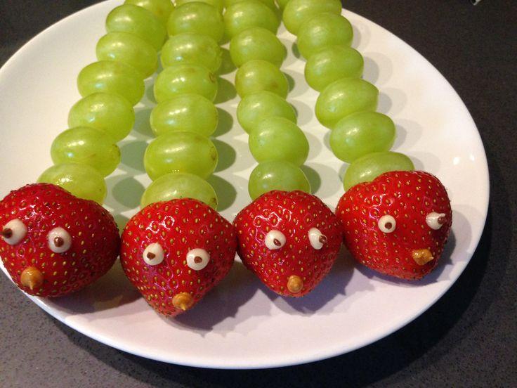 Fruitspies met druiven en aardbei in de vorm van een rups