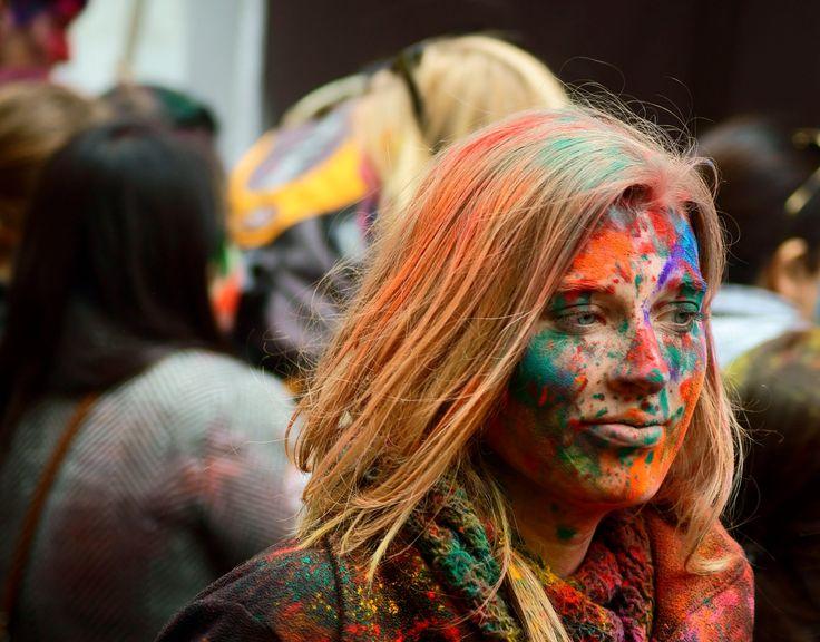 Festival Holi Hai Bhangra's New York  El festival de Holi Hai que se celebra en la Plaza Dag Hammarskjold cerca de las Naciones Unidas en Manhattan. Este festival trae a escena, dulces, comida, baile y color. Encontrara un escenario para las actuaciones, comida india y puestos de vendedores. Es considerada la feria más colorida de Manhattan.  El dholis (tambores) es da