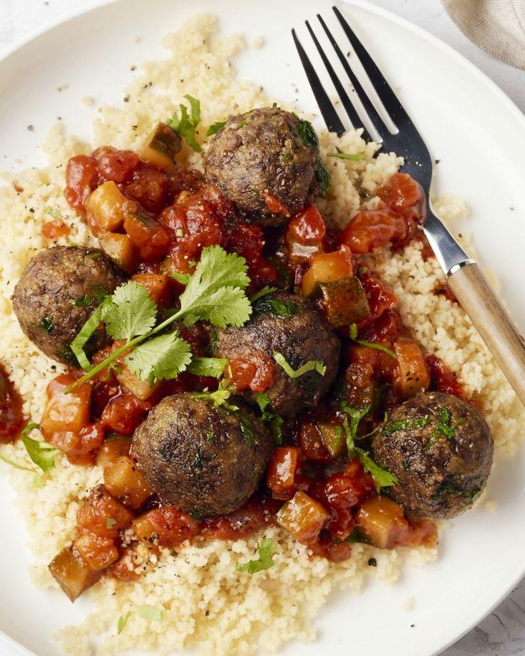Een Middenoosters geïnspireerd vegetarisch gerechtje met linzenballetjes op smaak gebracht met ras el hanout, couscous & een kruidige tomatensaus met courgette.