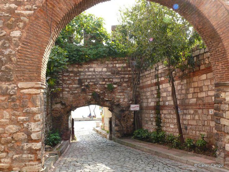 burada istanbul var: Sirkeci'den Sarayburnu ve Sahil Yoluyla Küçükayasofya'ya-Ahır Kapısı İçten Görünümü