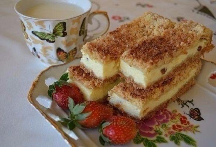INGREDIENTE: Pentru aluat: 3 pahare de făină; 250 g de margarină sau unt; o linguriță de bicarbonat de sodiu; aproximativ un pahar de zahăr. Pentru umplutură: 500 g de brânză dulce; 3 ouă; aproximativ un pahar de zahăr; 100 g de stafide; o linguriță de sirop de vanilie. Timp de preparare: 1.5 ore MOD DE PREPARARE: Răciți în prealabil toate ingredientele pentru aluat. Puneți făina cernută pe un tocător mare. Adăugați untul tăiat cubulețe peste făină și amestecați-le cu ajutorul unui cuțit…