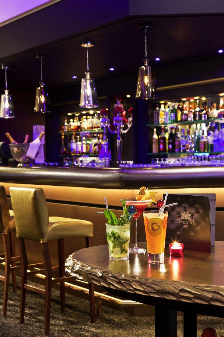 Profitez de la fin de journée pour vous relaxer autour d'un délicieux cocktail au Jane's Bar