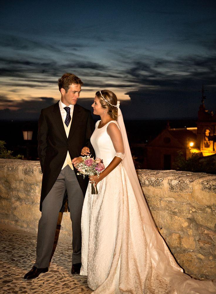Vestido de novia con falda en brocado de algodón con detalles de puntillas en mangas y espalda. Wedding dress with brocade skirt cotton lace detailing on sleeves and back.