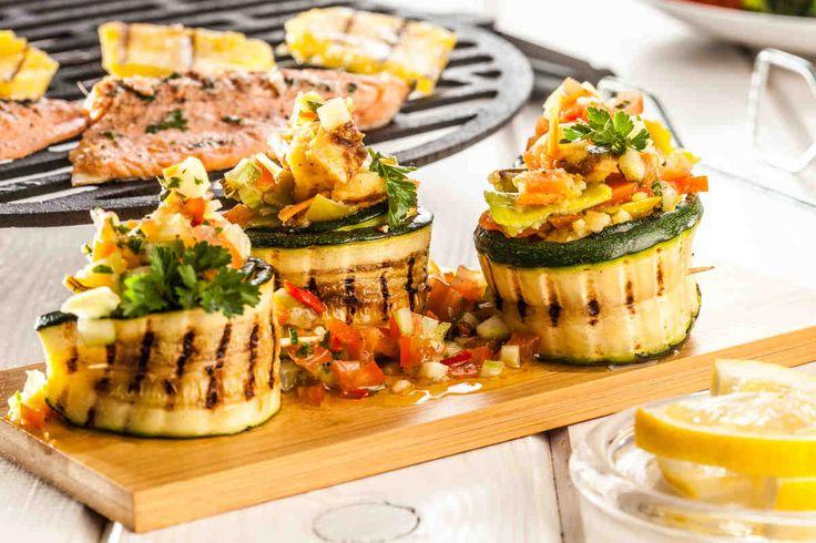 Tymbaliki z grillowaną cukinią i sałatką z młodych warzyw #smacznastrona #przepisytesco #tymbaliki #cukinia #grillowanacukinia #sałatka #młodewarzywa #pycha #food