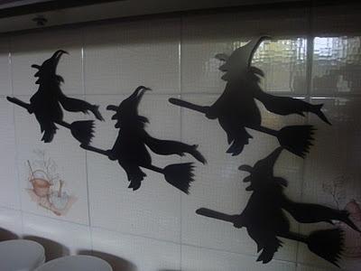 """LACA """"Lo Atamos Con Alambre"""" Brujitas para Halloween hechas con radiografías viejas y sopapas"""