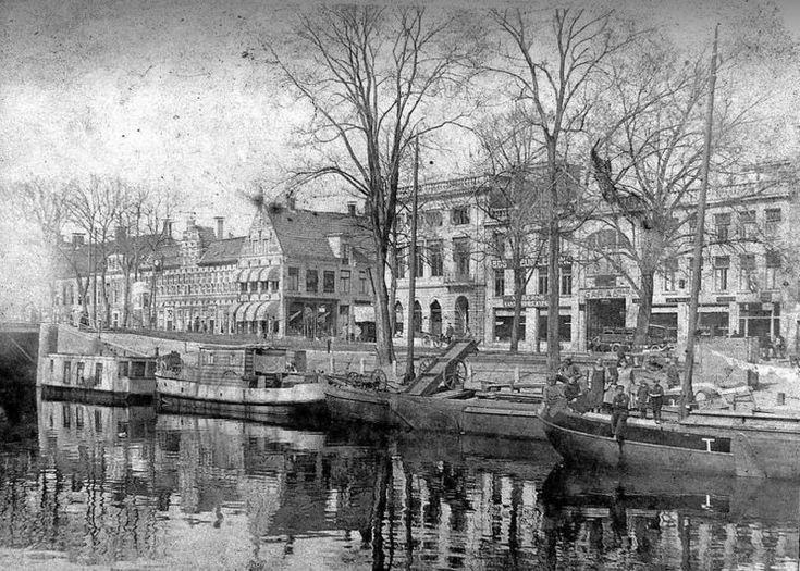 Groningen<br />De stad Groningen: De Turfsingel met de Nieuwe Ebbingestraat ( midden foto) en de Spilsluizen (links) ca. 1925