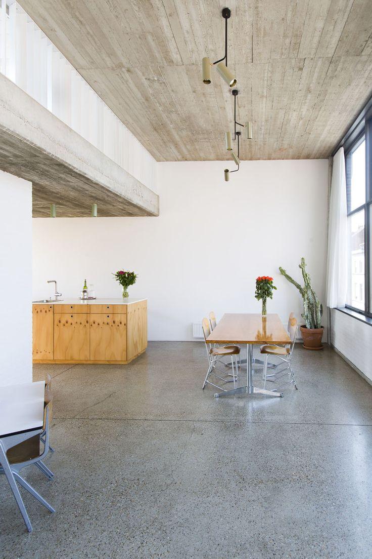 Ruw plafond - gepolijst beton - hout - wit poot architecten