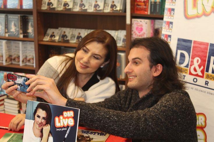 """Nilüfer, 6 yaşındaki hayranıyla 'Yalnızlığa Hüküm Giydim'i söyledi Türk pop müziğinin efsanelerinden Nilüfer, 45'inci sanat yılına özel olarak sevdiği şarkıları yorumladığı """"Yeniden Yeni Yine"""" albümünün ilk imza günü ile 18 Şubat Cumartesi günü D&R Suadiye'ye konuk...   http://havari.co/nilufer-imza-gununde-hayraniyla-duet-yapti-2/"""