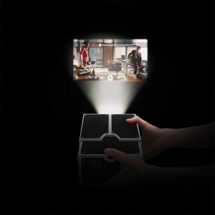 Un projecteur portable en carton pour votre smartphone. Avec lui, vous allez pouvoir projeter l'image de votre écran et profiter de vos vidéos.